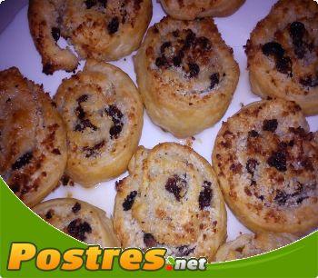 preparación de Postre de Roscos de hojaldre con almendras y pasas