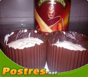 preparación de Postre de Canastas  de chocolate con crema baileys