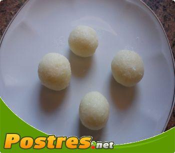 preparación de Postre de Bomboncitos de chocolate blanco y coco