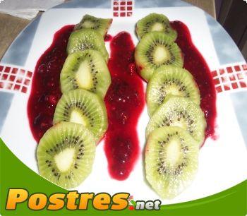 preparación de Postre de Kiwis con salsa de frutos del bosque