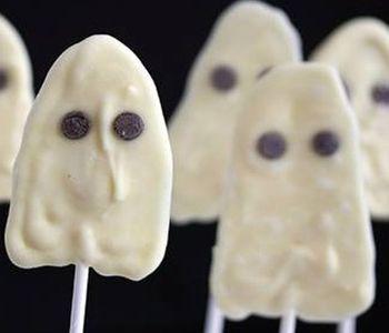 preparación de Postre de Piruletas de Fantasmas para Halloween