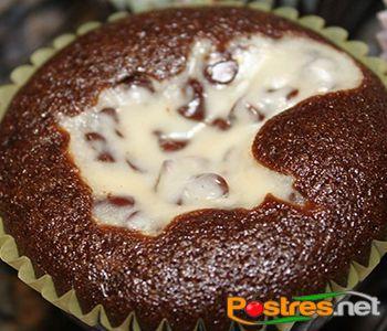 preparación de Postre de Cupcake de Chocolate y Crema de Queso
