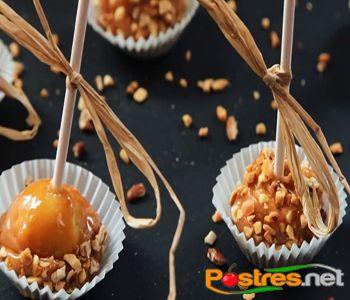 preparación de Postre de Manzana Pop con Caramelo y Nueces